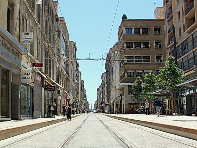 La rue de Rome à Marseille, son tramway et  ses deux boutiques historiques  …
